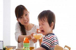 Bé 9 tháng tuổi không chịu ăn dặm cha mẹ nên làm gì?