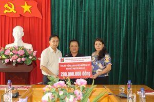 Agribank Thanh Hóa trao 300 triệu đồng hỗ trợ đồng bào vùng lũ lụt