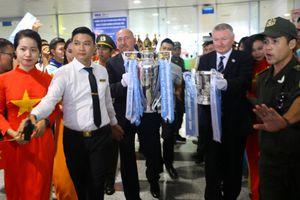 Ảnh: Người dân Hà Nội hồ hởi đón cúp bạc Premier League