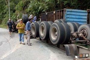 Container lao vào vách núi, người dân đập cửa giải cứu tài xế