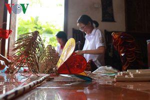 Gia đình hơn 40 năm làm đèn cù và đồ chơi Trung thu truyền thống
