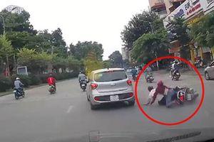 Hà Nội: Ô tô tự dưng tông ngã 2 người đi xe máy rồi phóng mất dạng giữa phố đông