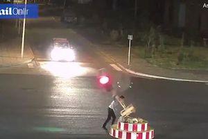 Đập phá cột đèn giao thông vì chờ đèn đỏ 'quá lâu'