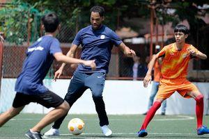 Cựu tuyển thủ Anh đá bóng phủi ở Hà Nội trước giờ gặp Quang Hải