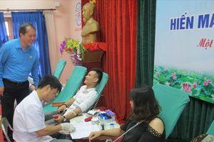 Cán bộ, đoàn viên, CNVCLĐ, sinh viên ngành dệt may hồ hởi hiến máu cứu người