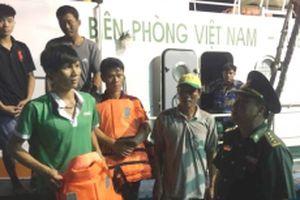 Cứu 17 thuyền viên và tàu cá gặp nạn trên biển