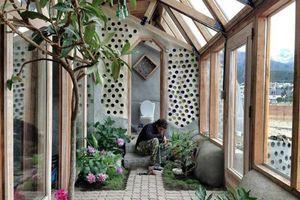 Kiến trúc sư chồng lốp xe và chai lọ thành ngôi nhà đẹp lạ