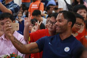 Cựu sao tuyển Anh thân thiện, dễ thương với trẻ em làng SOS