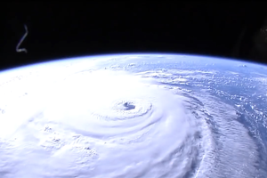 Hình ảnh như trong phim viễn tưởng về cơn bão có diện tích bằng cả một bang nước Mỹ