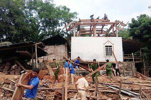 Thanh niên giúp dân vùng cao tháo gỡ nhà đề phòng bão lụt