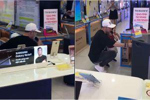Hot nhất mạng xã hội: Ưng Hoàng Phúc hát thử loa ở cửa hàng hay như mở đĩa khiến nhiều người thích thú