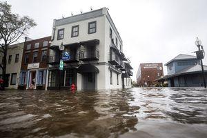Đường phố Mỹ chìm trong biển nước khi bão Florence đổ bộ, ít nhất 5 người chết
