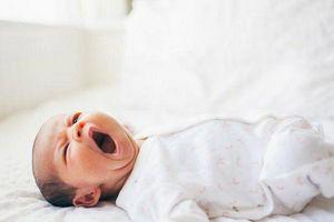 Trẻ sơ sinh khó đi vào giấc ngủ cha mẹ phải làm sao?