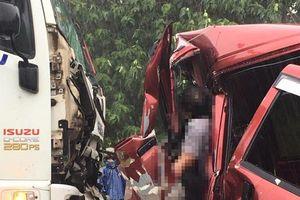 Phá cabin, đưa thi thể tài xế ra ngoài sau vụ tai nạn giữa xe ô tô và xe tải