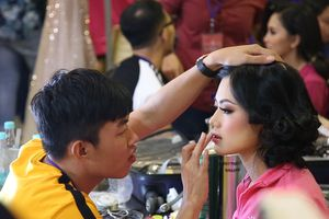 Thí sinh Hoa hậu Việt Nam hối hả làm đẹp tại hậu trường