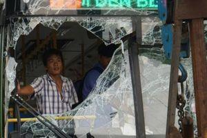Xe buýt nát đầu trước hầm chui sau tai nạn, nhiều người 'tái mặt'