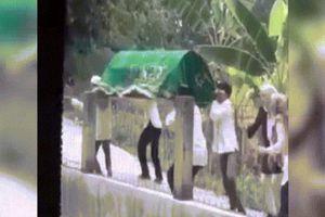 Indonesia: Khiêng người chết trên đường, gió mạnh thổi bạt xuống hồ