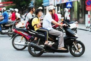 Nghiêm túc đội mũ bảo hiểm cho trẻ em