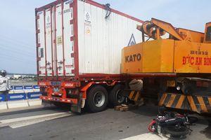 Người đàn ông bị xe container kéo lê gần 20m trên quốc lộ
