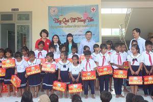 Công ty Yến Sào Khánh Hòa trao 300 suất quà trung thu cho học sinh đồng bào dân tộc thiểu số