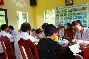 Khám bệnh, cấp phát thuốc miễn phí cho gia đình chính sách huyện đảo Phú Quý