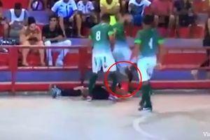 Cầu thủ tấn công khiến trọng tài chấn thương nặng vùng đầu