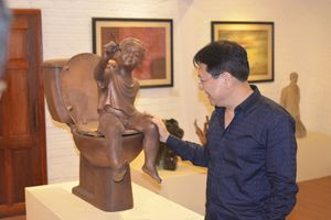 Nguyên Thứ trưởng bộ VH-TT-DL Vương Duy Biên tổ chức triển lãm ở Pháp