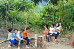 Phụ huynh lên rừng chặt nứa, dựng khu vui chơi cho học sinh