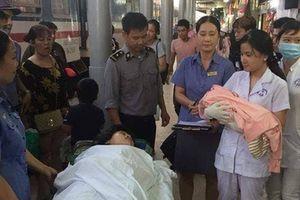 Nhân viên đường sắt hỗ trợ hành khách sinh con trên tàu