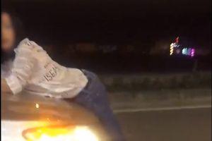 Xôn xao video cô gái đu mình trên capo ôtô la hét bất thường