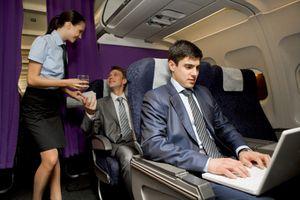Tiếp viên hàng không để ý điều gì khi hành khách lên máy bay?