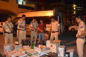 Công an TP Huế rượt đuổi xe khách 'quanh phố' bắt 600 chai rượu ngoại