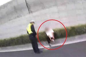 Tài xế nhảy từ cầu vượt xuống đường vì sợ bị cảnh sát giao thông đo nồng độ cồn