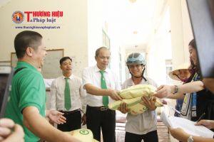 Tặng quà cứu trợ cho người dân vùng lũ Thanh Hóa
