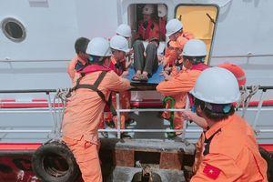 Cứu 10 ngư dân tàu cá gặp nạn trên biển