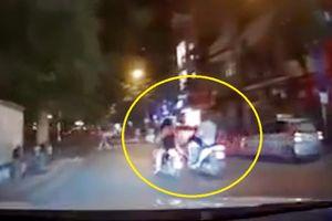 Thanh niên 'ra chân' đạp phăng xe 2 cô gái ăn mặc 'mát mẻ'