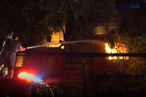 Cháy lớn gần bệnh viện Nhi: Hàng loạt ngôi nhà chìm trong biển lửa