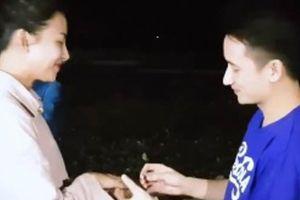 Phan Mạnh Quỳnh ôm đàn hát bài này cầu hôn bạn gái hot girl bên bờ biển