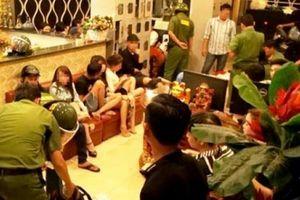 Dân 'bay' trong quán karaoke tháo chạy quên cả giày dép