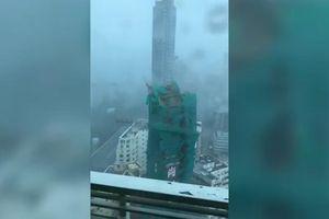 Cần cẩu gãy đôi, rơi từ tòa nhà 22 tầng xuống đất khi siêu bão Mangkhut đổ bộ
