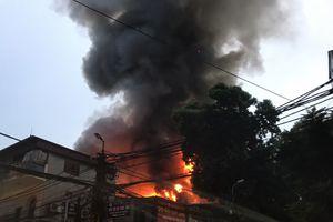 Hà Nội: Cháy lan diện rộng trên đường Đê La Thành