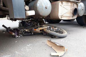 Xe máy nát bét đầu vì bị cuốn vào gầm ô tô đầu kéo