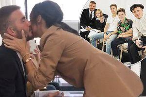 Victoria Beckham hôn chồng tình tứ trong show thời trang