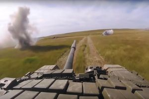 Xem dàn xe tăng uy dũng của Nga tung hỏa lực mù mịt