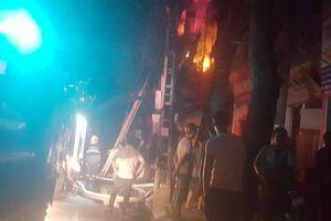 Cháy lớn trên đường Đê La Thành, sát Bệnh viện Nhi Trung ương