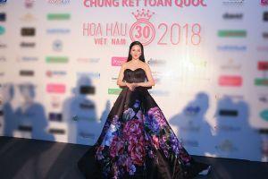 Phạm Thùy Dung quyến rũ trên thảm đỏ Hoa hậu Việt Nam