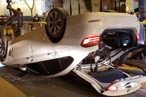 Ô tô lật ngửa do đâm vào dải phân cách, người dân đập cửa kính cứu tài xế