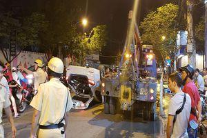 Đường Nguyễn Tất Thành tê liệt vì ô tô lật ngửa sau cú đâm kinh hoàng