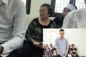 Xét xử vụ nam sinh sát hại thiếu phụ ở chung cư cao cấp: Người thân mang di ảnh đến tòa, mẹ nạn nhân khóc ngất gọi tên con
