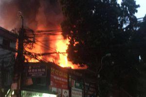 Nhiều căn nhà trên phố Đê La Thành bốc cháy dữ dội, khói đen bao trùm một góc trời Hà Nội